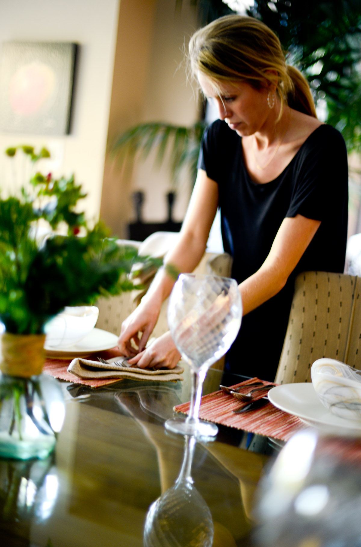 Amanda Gluck setting the Table // FashionableHostess.com