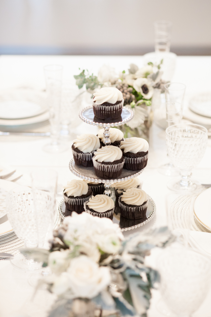 Fashionable Hostess-Tiered cake stand