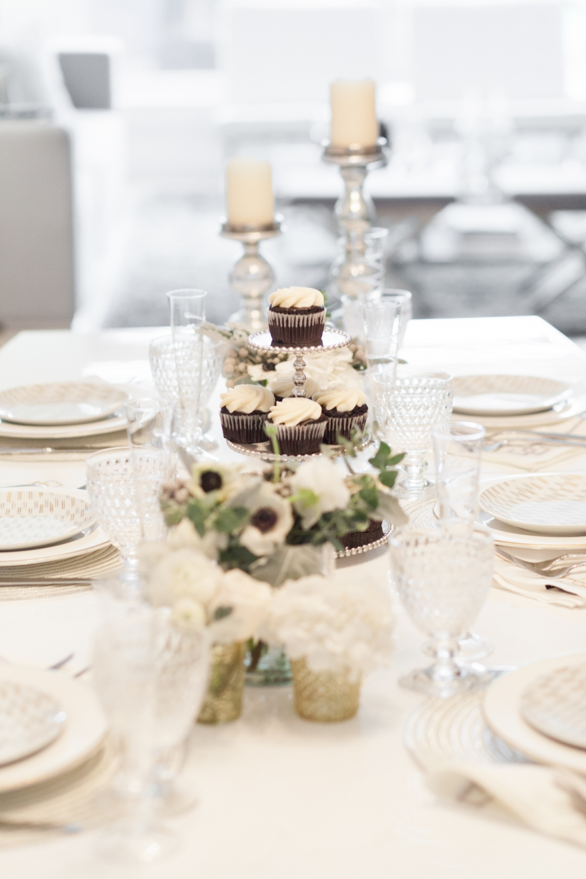 Winter White Tablesetting by Fashionable Hostess
