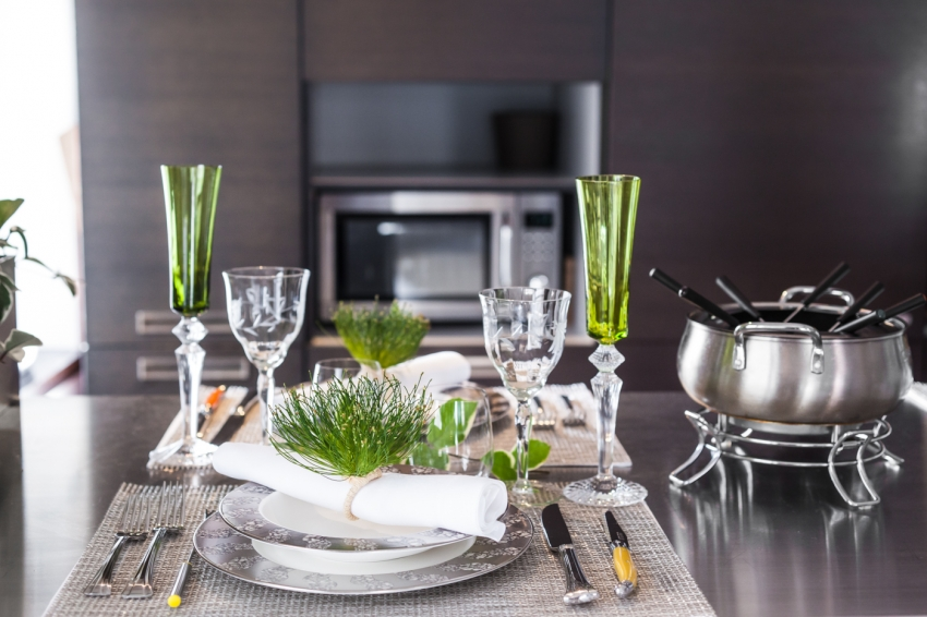 Gorgeous Tablesetting with green Baccarat stemware