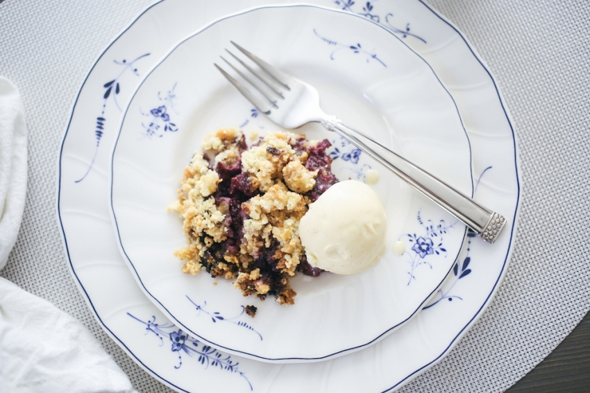 Berry Crumble and Vanilla Icecream